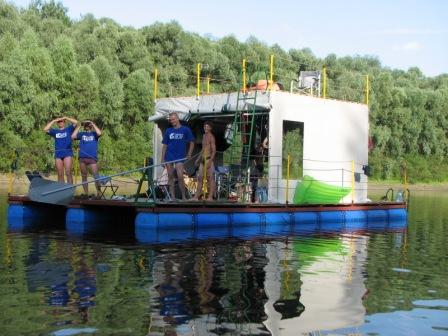 Плот из евробочек - самый удобный вариант создания интересного плавательного средства
